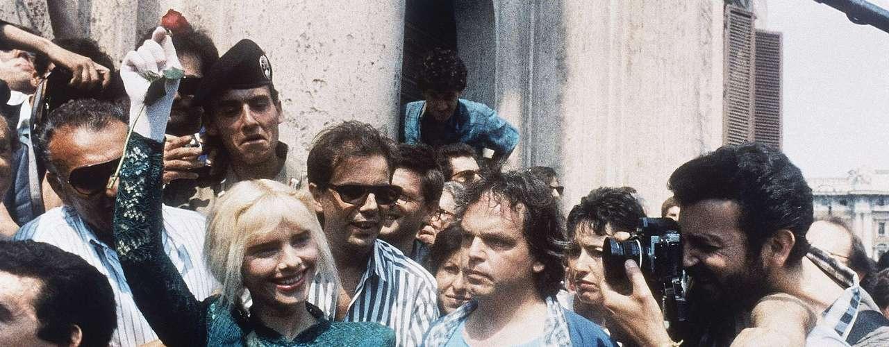 En 1985, La Cicciolina ganó una banca en el Parlamento de Italia con el Partido Radical tras una campaña llena de escándalos. Durante la Guerra del Golfo en 1990, la actriz porno y diputada se ofreció para tener sexo con Saddam Hussein para terminar la guerra.