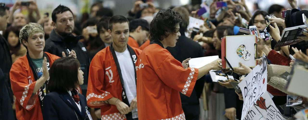 One Direction had just set foot in Japan and they caused a bunch of fans to hyperventilate. Louis Tomlinson, Zayn Malik, Niall Horan, Liam Payne and Harry Styles arrived at the Tokyo airport to promote their latest album \