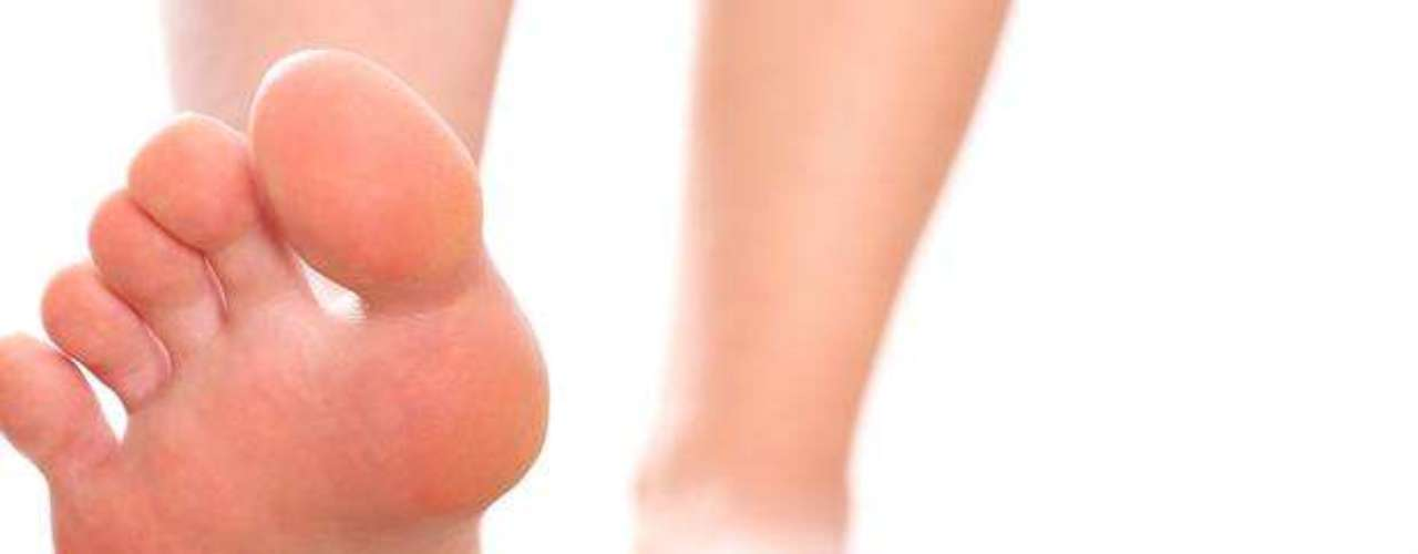 Pareciera que no, pero también hay casos de sudor excesivo en las plantas de los pies, que impide el uso de zapatos abiertos, además de causar incomodidad todo el día. Para este caso, lo ideal es acudir con un podólogo para que te recete el medicamento o tratamiento adecuado.
