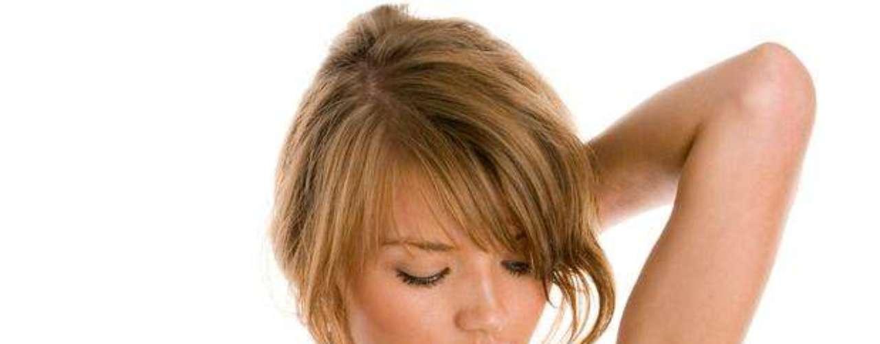 Usar desodorantes a base de hidróxido de aluminio ayuda a disminuir la sudoración, además de ser muy práctico.