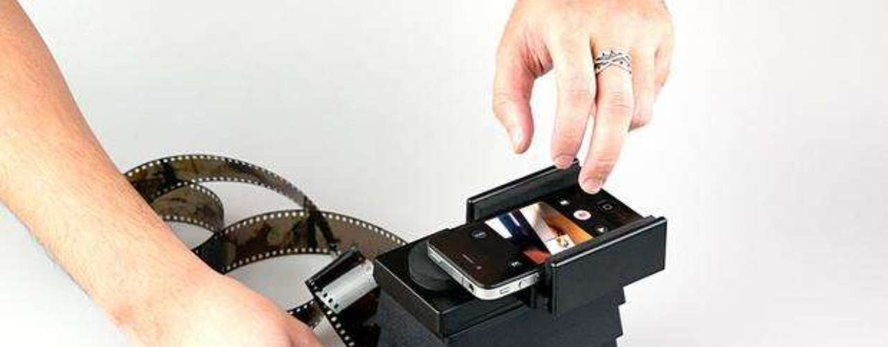 El móvil se adapta del otro lado del escáner, con la lente de la cámara apuntando para dentro del aparato. Cuando el negativo ya está en el lugar correcto, basta apretar el disparador del móvil, como si fuera una fotografía común.