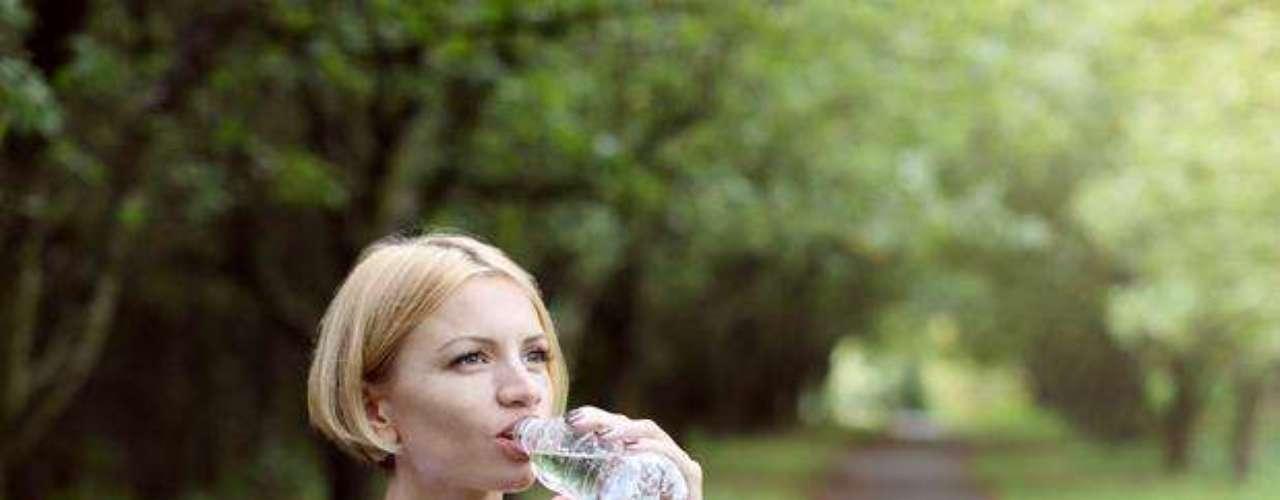 La clave para evitar la deshidratación mientras realiza su rutina es ingerir líquidos como agua y bebidas con electrolitos o sales minerales, antes, durante y después de la actividad física.