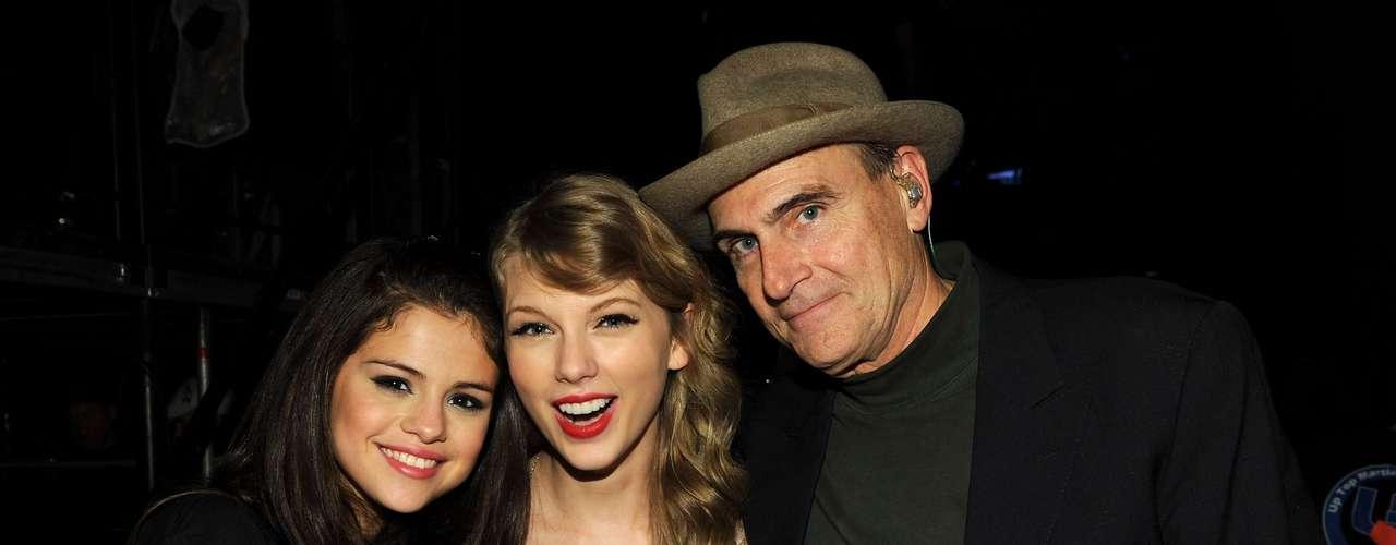 Tras bastidores, Selena y Taylor posan con la leyenda del folk James Taylor.
