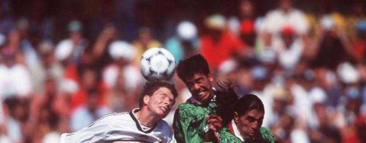 En Francia 98' disputó su primer Copa del Mundo, en la que el Tri cayó en Octavos de Final ante Alemania.