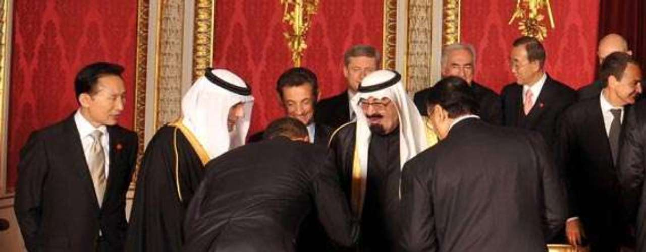 8. An scandal among conservatives in the U.S. caused the supposed reverence donde by President Obama to Saudi Arabia king Abdula bin Abdulaziz.. The White denied it was a reverence.