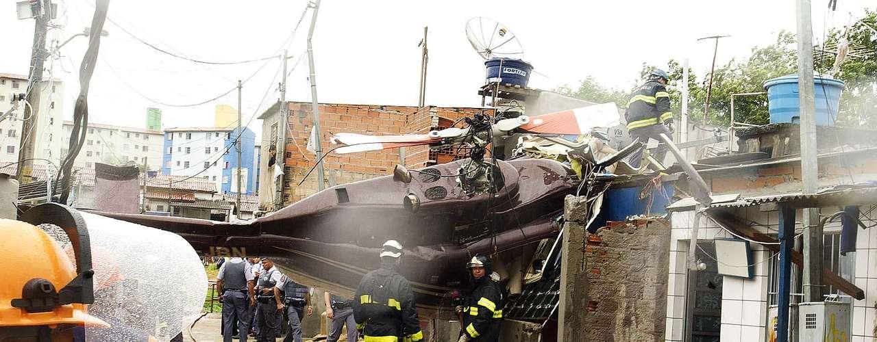 Dos tripulantes, un hombre y una mujer, resultaron heridos y fueron hospitalizados.