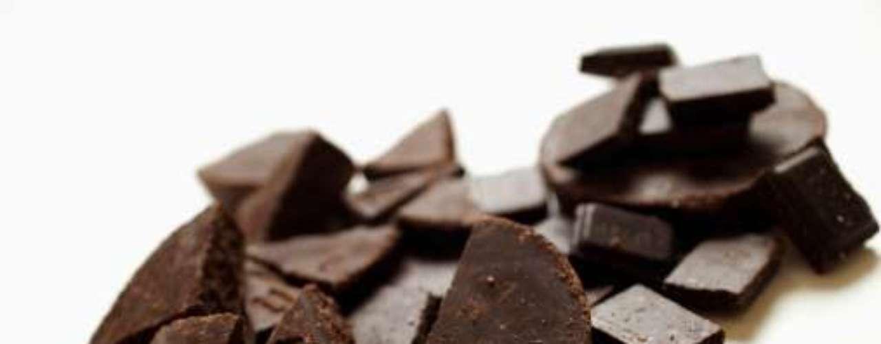 Chocolate: no debe ser consumido en exceso por personas que hacen uso de medicamentos clasificados como antidepresivos. Además del dulce, tales fármacos no combinan con alimentos con grandes cantidades de cafeína. Otras drogas estimulantes tampoco deben ser ingeridas junto con elementos ricos en cafeína. Fármacos vasodilatadores también entran en la lista de prohibiciones.
