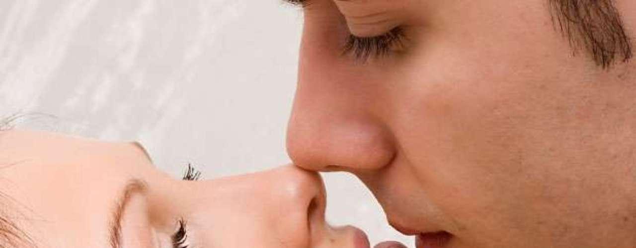Labios. Los labios son las áreas con muchísimos receptores nerviosos y sensoriales, por lo tantos un toque suave y cálido para que el cerebro se inunde de sustancias asociadas al placer y comience la excitación y energía corporal. Comenzar besando por las comisuras y luego llegar a los labios inferior y superior haciendo de ello un juego pasional de caricias en los labios resulta un acto extremadamente placentero.