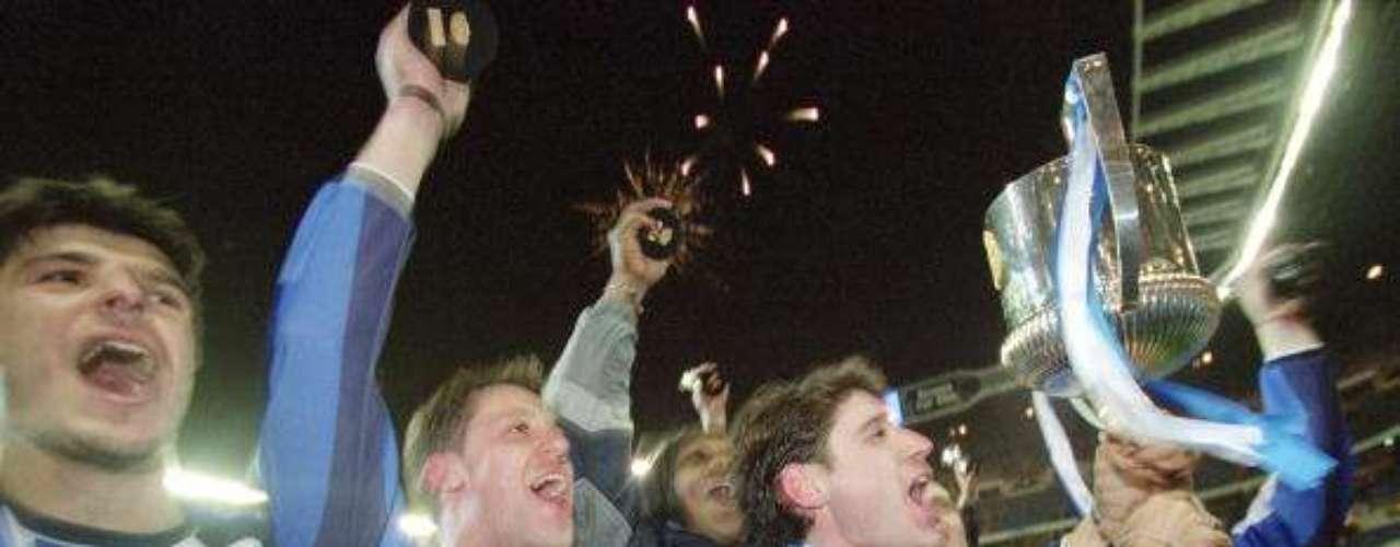 Deportivo La Coruña tiene dos trofeos en sus vitrinas; la primera en 1945, y luegoen 2002.