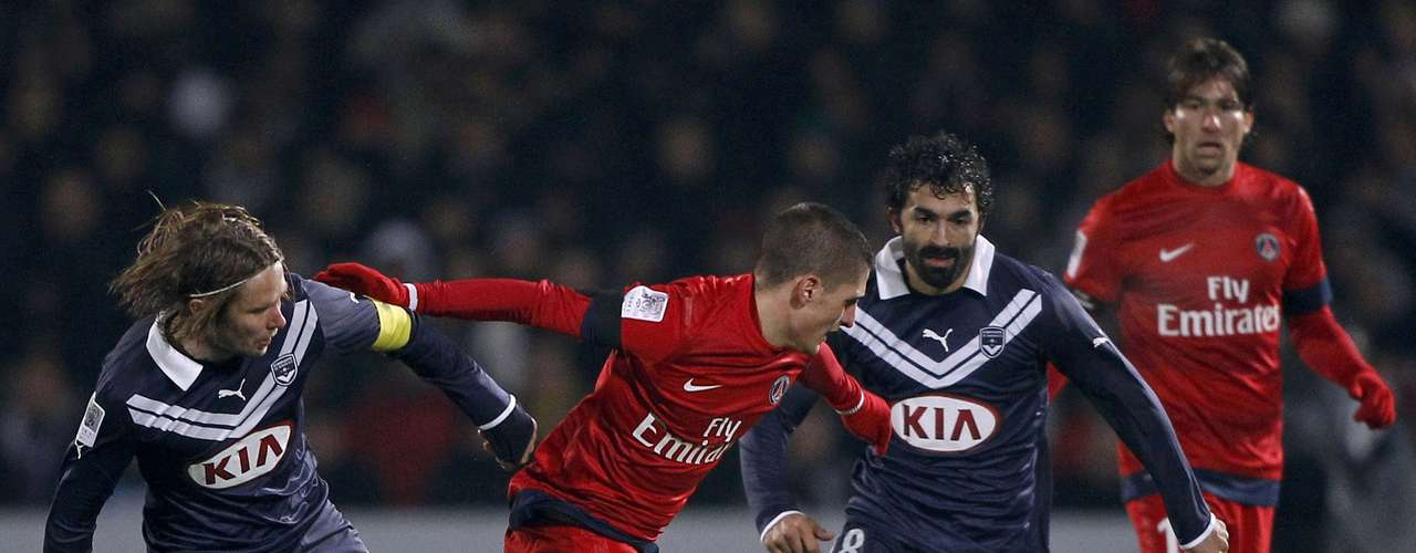 Paris Saint-Germain's Marco Verratti (C) challenges Bordeaux's Jaroslav Plasil (L) and Fahid Ben Khalfallah (R) during their French Ligue 1 soccer match at the Chaban Delmas Stadium in Bordeaux, Southwestern France, January 20, 2013.