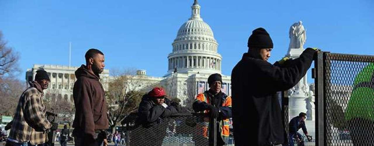 El Servicio Secreto, el Departamento de Policía Metropolitana de Washington, la Policía del Capitolio y la Policía de Parques están cerrando los caminos principales y secundarios que rodean Capitol Hill, en donde se efectuará la ceremonia.