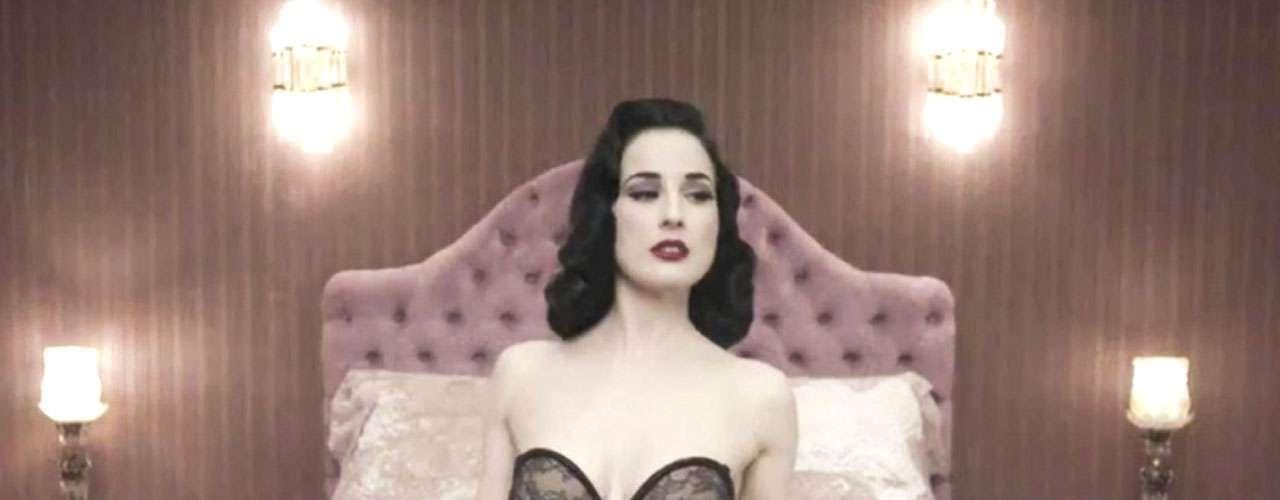 Como salida de un teatro de burlesque, la modelo erótica Dita Von Teese sedujo a sus admiradores con su participación en el videoclip del tema 'Disintegration', de la agrupación británica Monarchy.