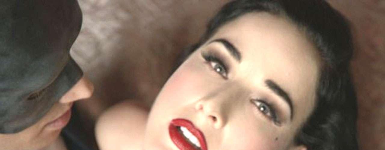 Dita Von Teese ha logrado llamar la atención con 'Disintegration'  videoclip que ya cuenta con un número considerable de visitas en la red.