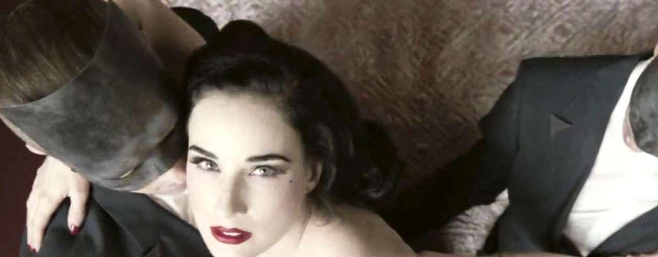 En su papel de femme fatal, Dita Von Teese se mostró feliz en todo momento.