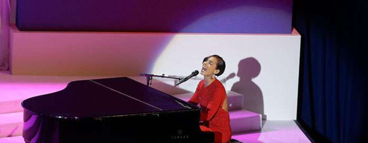 Alicia Keys delighted the fans with his beauitful voice while interpreting her new song 'Girl on Fire', accompanied by her trademark piano.