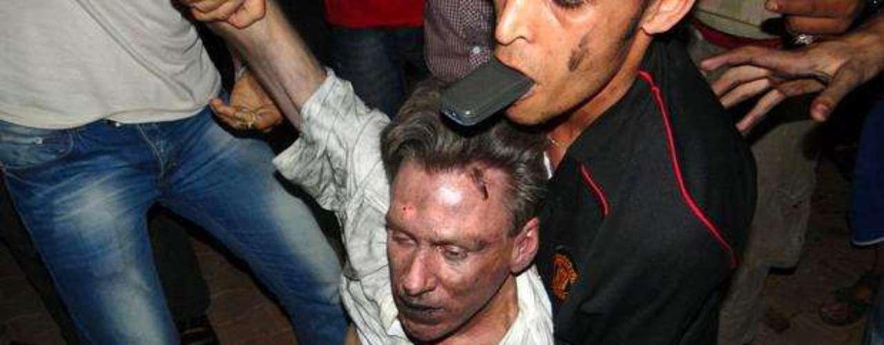 Clinton evocó con emoción la recepción de los familiares de los diplomáticos muertos en Bengasi, cuando sus cuerpos arribaron en cajones cubiertos con la bandera estadounidense a la base aérea de Andrews. \
