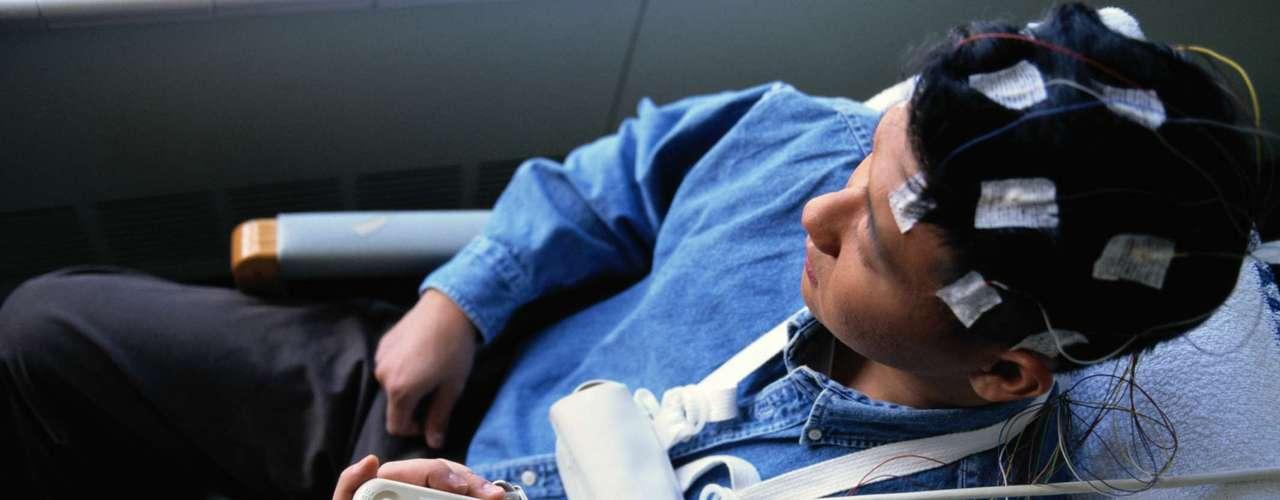 Causas de la epilepsia secundaria o sintomática: daño cerebral por lesiones prenatales o perinatales (asfixia o traumatismos durante el parto, bajo peso al nacer); malformaciones congénitas o alteraciones genéticas con malformaciones cerebrales asociadas; traumatismos craneoencefálicos graves; accidentes vasculares cerebrales, que privan al cerebro de oxígeno; infecciones cerebrales como las meningitis y encefalitis o la neurocisticercosis; algunos síndromes genéticos; los tumores cerebrales.