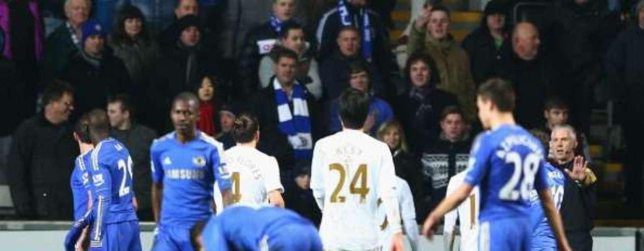 El recogebalones, de fondo, yace en el piso tras ser agredido por el mediocampista del Chelsea.