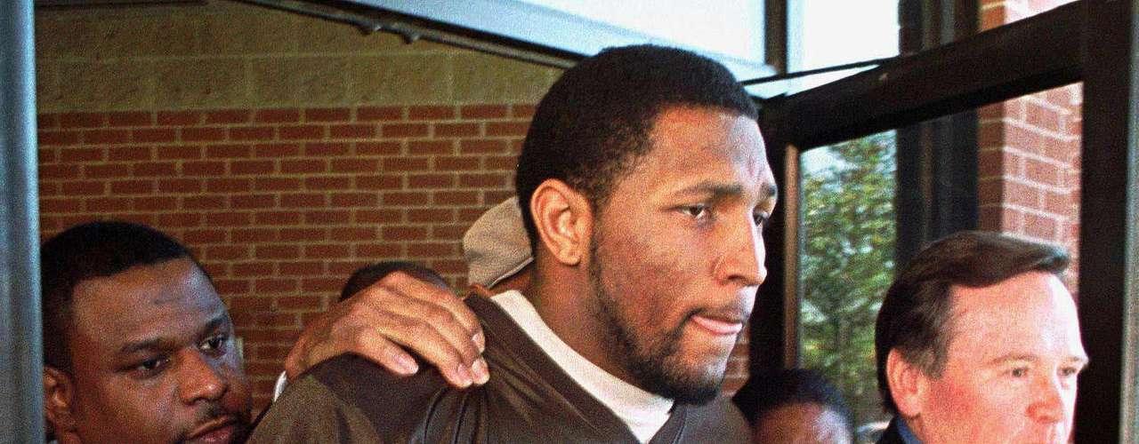 No todo fue miel sobre ojuelas, como muchos otros grandes jugadores, tuvo problemas con la ley, que lo acusó de asesinato en el 2000, luego de una fiesta en Atlanta con motivo del Super Bowl XXXIV.