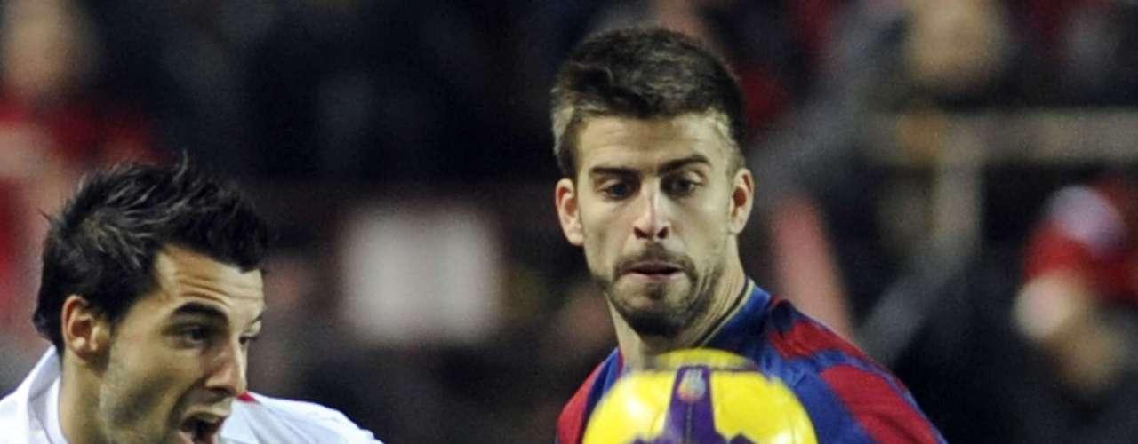 El tiempo se agotaba y Barcelona agotaba sus últimas opciones por marcar ese tanto que los instalara en los cuartos de final, pero Sevilla, impulsado por el cobijo de su gente, resistió de pie a los embates catalanes.