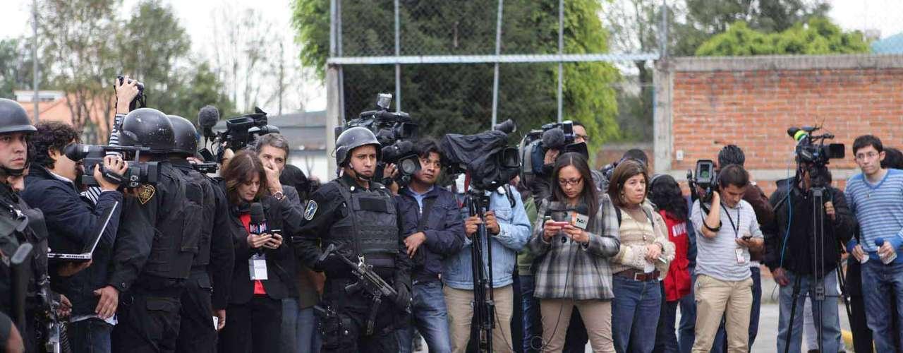 Luego de conocer la resolución de la Suprema Corte de Justicia de la Nación (SCJN) de aprobar la liberación inmediata de la francesa acusada de secuestro, medios nacionales e internacionales se concentraron frente al centro Femenil de Readaptación Social de Tepepan, en espera de que Florence Cassez saliera de este centro penitenciario, en el cual estuvo recluida.