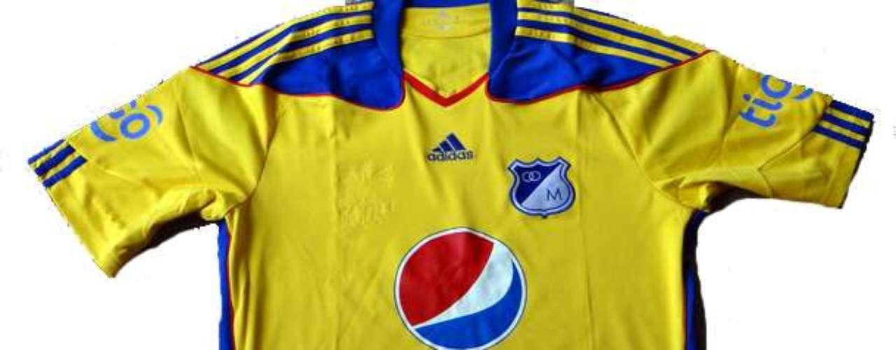 Camiseta del bicentenario de Millonarios para la temporada 2010, colores en honor a la capital del país