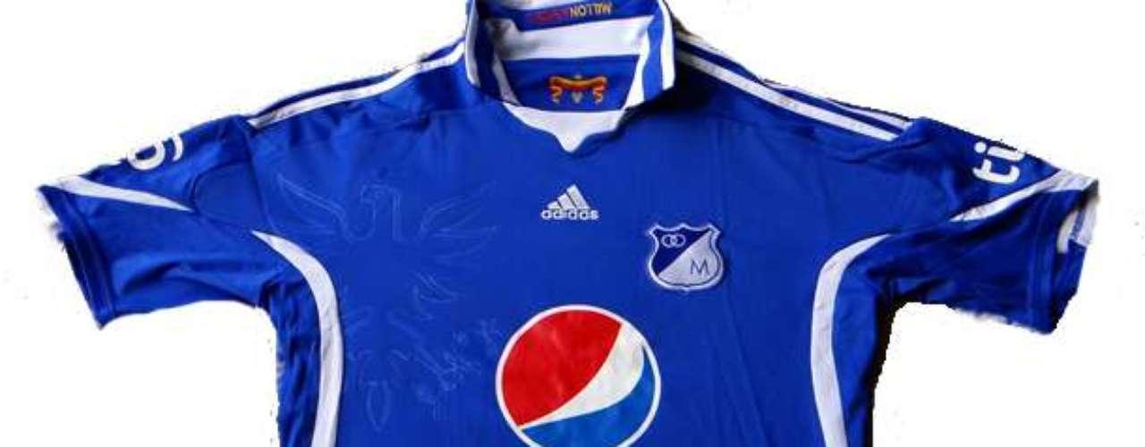 Camiseta para la temporada 2010 marca Adidas y con parte del escudo de Bogotá en un costado del pecho en relieve