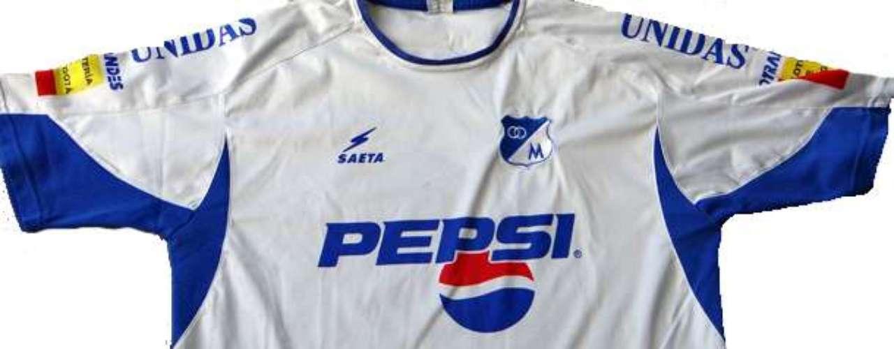 Camiseta alternativa de Millonarios, marca Saeta y utilizada durante la temporada 2003