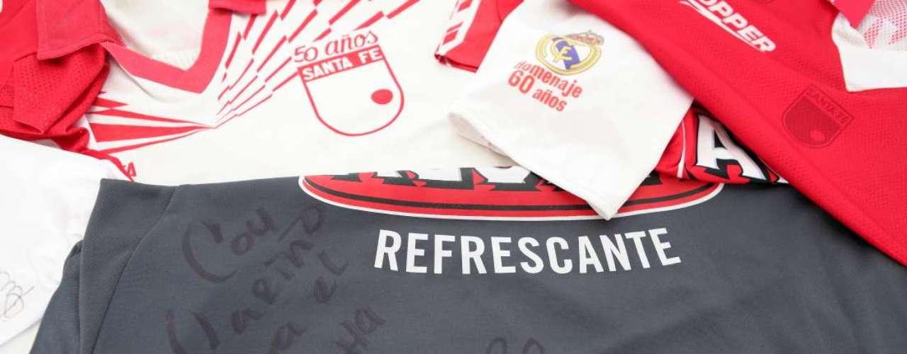 Cifuentes colecciona camisetas de su equipo como esta, autografiada por Agustín Julio.