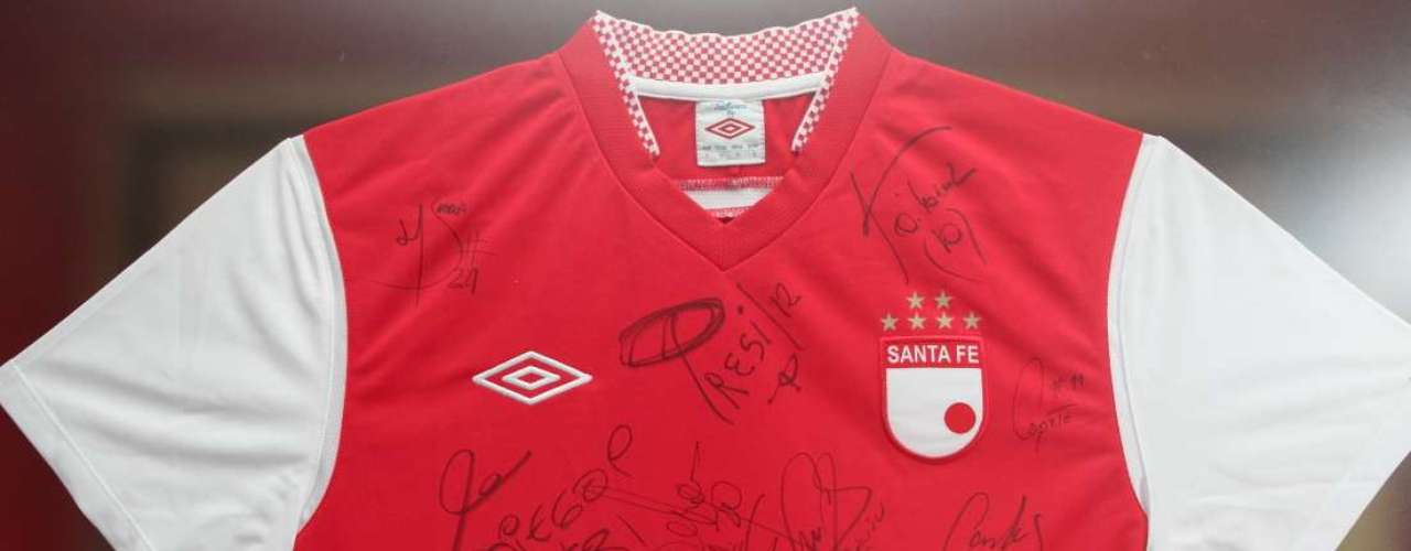 La camiseta está firmada por varios jugadores del equipo.