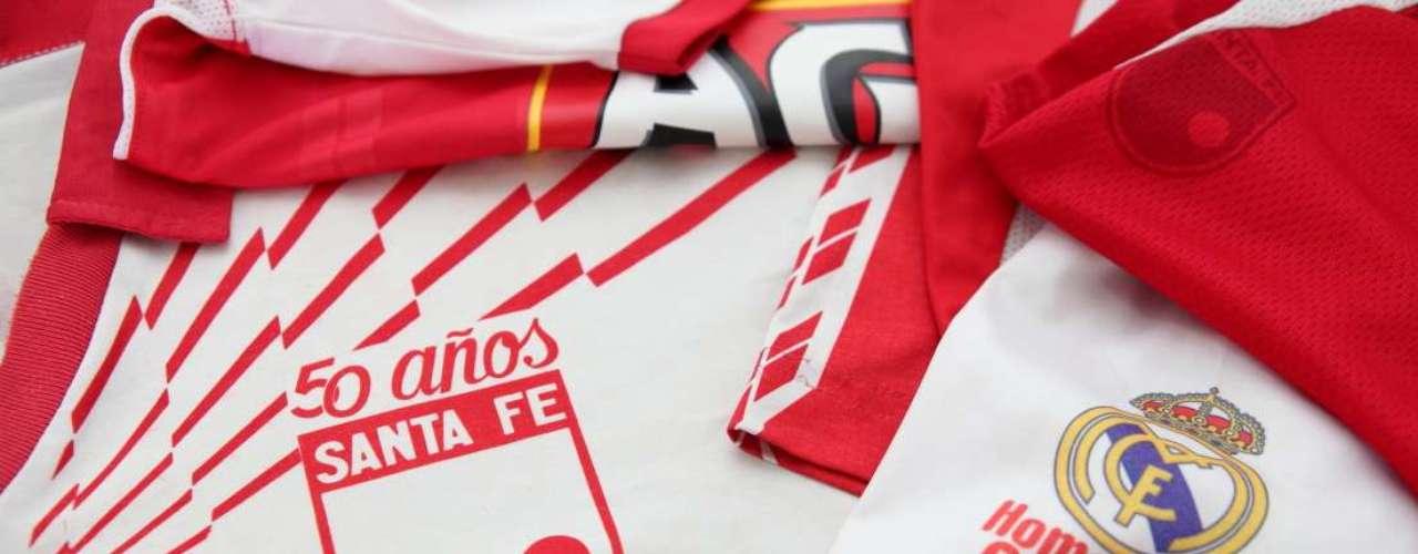 Una camiseta de los 50 años también hace parte de los grandes tesoros de Santa Fe que guarda Rafael Cifuentes.