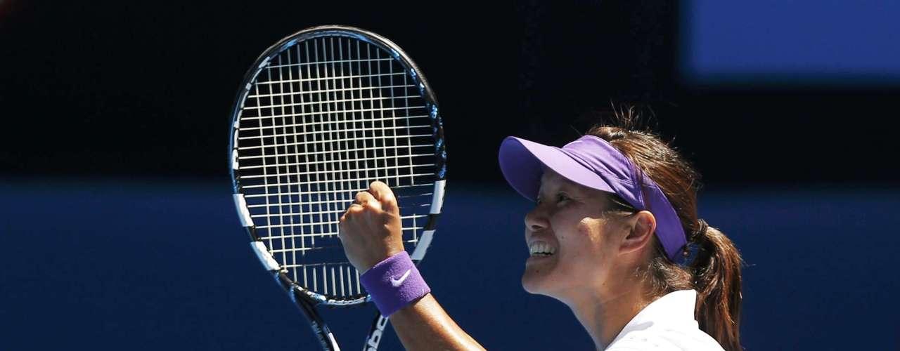 Li Na of China celebrates defeating Maria Sharapova of Russia in their women's singles semi-final match at the Australian Open tennis tournament in Melbourne January 24, 2013. REUTERS/Damir Sagolj