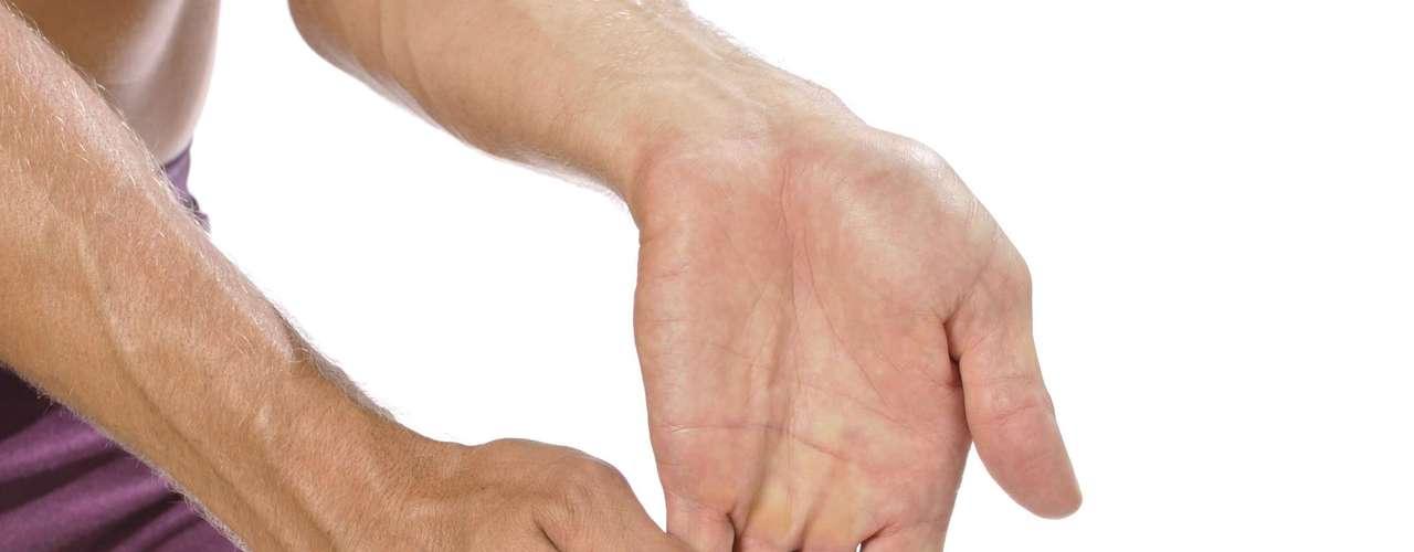 Tronarse los dedos: Peter Bonafede, director médico del Providence Arthritis Center, en Estados Unidos, advierte que ha atendido pacientes que lesionaron sus dedos a raíz de esa práctica y apuntó dos casos  uno que dislocó los dedos y el otro que rompió el ligamento del pulgar. Además, el ruido seco emitido por esa manía puede ser satisfactorio para quien lo hace, pero puede molestar a los demás.