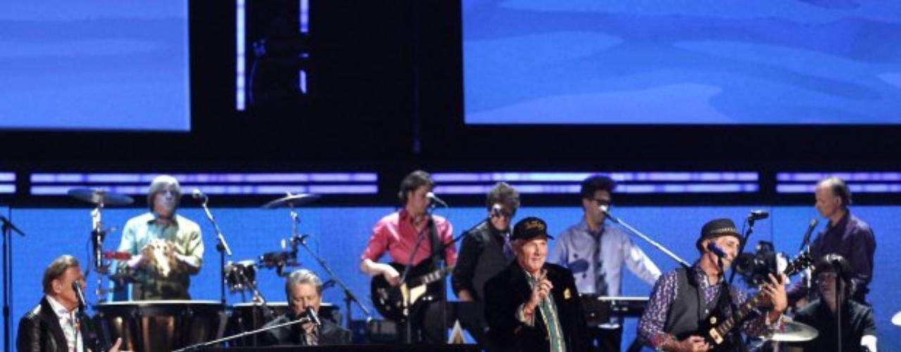 Después de 20 años de no tocar juntos, los Beach Boys se reencontraron en la gala del Grammy.