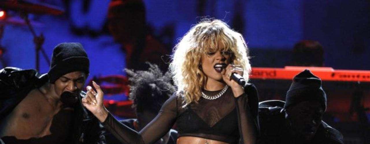 Rihanna dejó encendido el escenario del Staples Center con toda la sensualidad que le imprimió a su presentación.