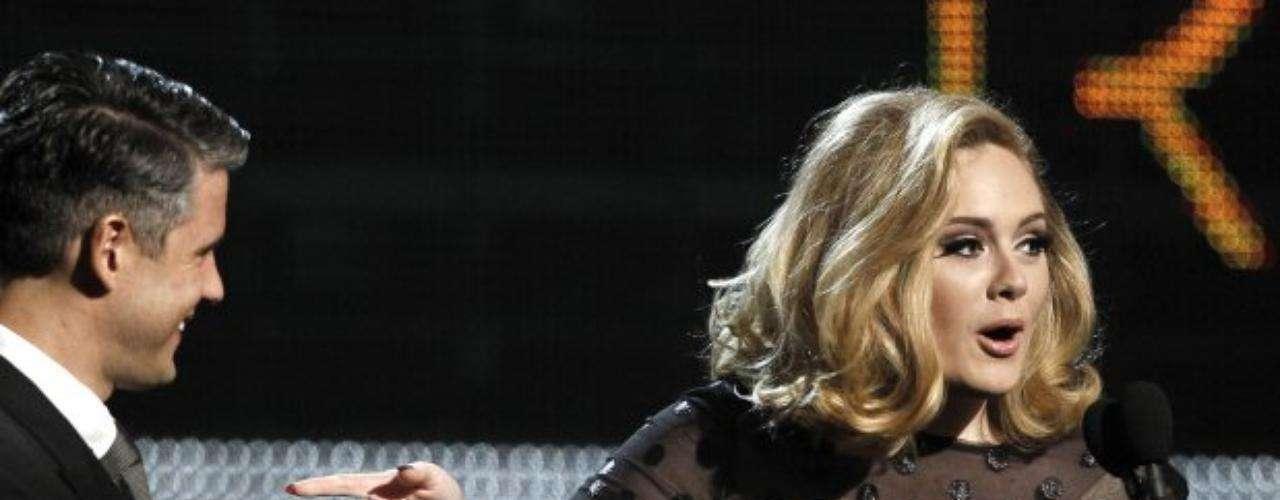Paul Epworth le entrega el cuarto Grammy de la noche a Adele.
