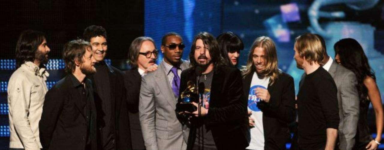 Foo Fighters recibe el gramófono dorado por la Mejor interpretación de rock por 'Walk'.