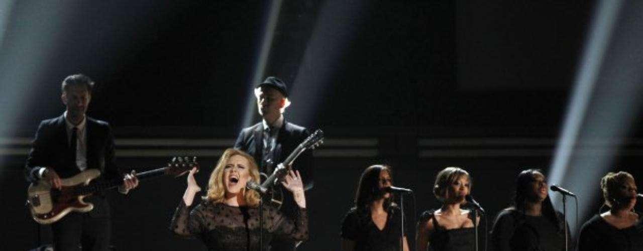 Uno de los momentos más esperados: el regreso de Adele a los escenarios luego de su operación de las cuerdas vocales.