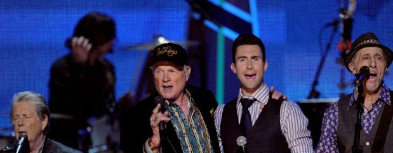 Maroon 5 compartió el escenario con los Beach Boys, en un merecido homenaje a la banda californiana.