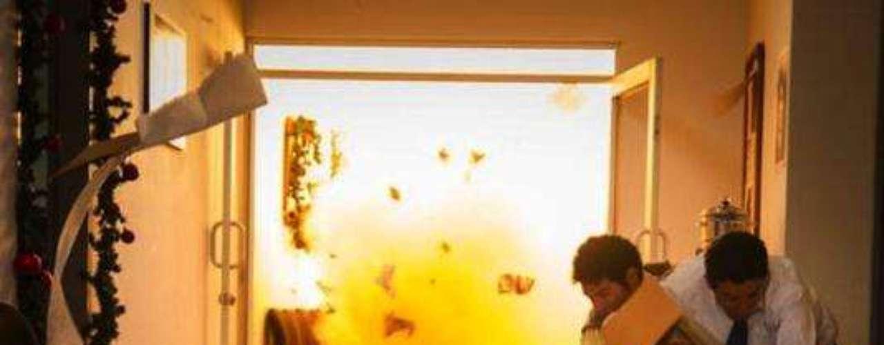 Buscando acabar con su director, el general Miguel Alfredo Maza Márquez, quien salió ileso a pesar de que la edificación quedó semidestruida. El atentado le costó la vida a aproximadamente 70 personas y causó centenares de heridos. Carlos Moreno, director de la serie, aseguró que era fue una de las escenas más difíciles de la serie, eran situaciones que implicaban riesgo para todo el equipo, pues había detonaciones que casi siempre se manejaban con aire y polvo, pero que se tienen que ver muy bien ante la cámara.Entra a la página de 'Escobar, El Patrón Del Mal''Escobar, El Patrón del Mal', ¿quién es quién?Las Narco-novelas colombianas, polémicas y exitosasEllas son 'Las Muñecas de la Mafia'.