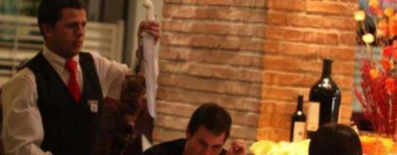 El Crack del Barcelona, Lionel Messi, pese a que parece un ser de otra galaxia, un superhéroe, alguien inmaculado, también tiene una vida normal y cotidiana paralelamente a su faceta de súper estrella del fútbol. Parte de esa vida de entrecasa, su esfera íntima, y humana, se puede ver a través de las fotos que su novia, Antonella Roccuzzo, subió al Facebook. Allí se puede ver a la Pulga en situaciones de la vida diaria, esa que no vemos, como por ejemplo en alguna salida a comer, o disfrutando de sus vacaciones en la playa o en un yate. También se puede ver a Lío disfrutando de su familia y amigos. Una buena forma de bajar a tierra a este ser intergaláctico.