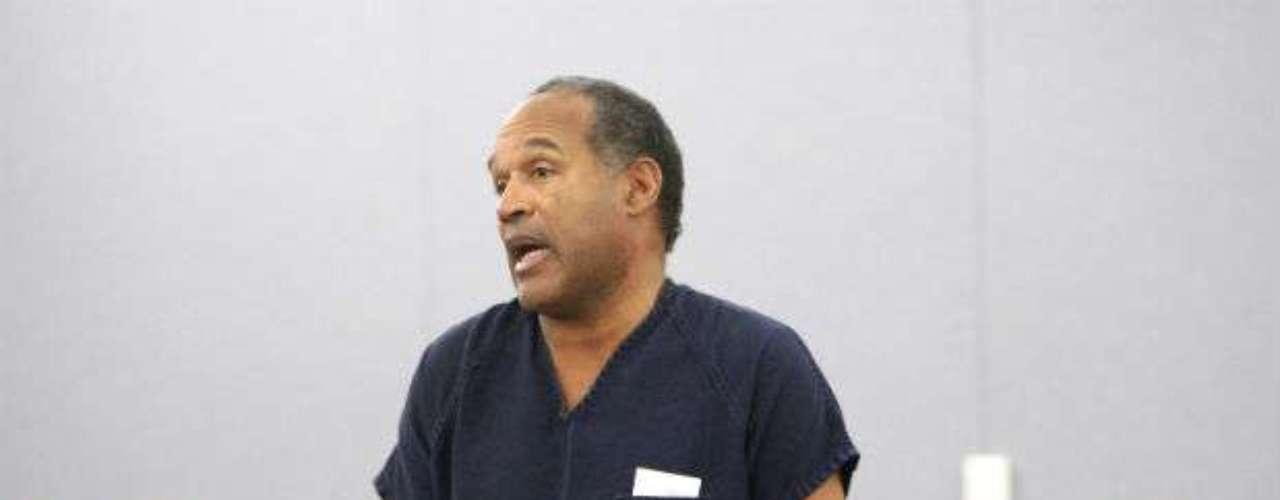 Quizá el caso más recordado y mediático de un jugador de la NFL es O.J Simpson. Para 1994, todo cambió para él, quien fue acusado de asesinar a su ex esposa y un amigo. Tras un largo juicio, los cargos fueron retirados, a pesar de que la opinión pública lo considera culpable del crimen. En 2008 de nuevo tuvo problemas y fue sentenciado a un mínimo de 9 años en prisión y un máximo de 33 años por el robo y secuestro en un hotel de Las Vegas. No cumplió esa condena gracias al pago de una fianza de 250 mil dólares.