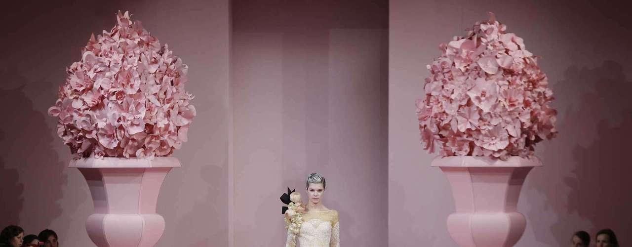 Alexis Mabille: Hasta la corte de María Antonieta nos ha llevado uno de los diseñadores favoritos de Dita Von Tesse. Los colores pastel en todas sus vertientes desfilaron en prendas arquitectónicas de aire romántico.