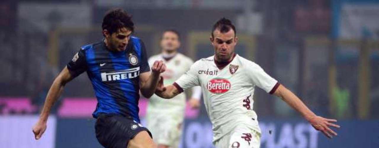 Andrea Ranocchia apretó el marcaje contra Riccardo Meggiorini.