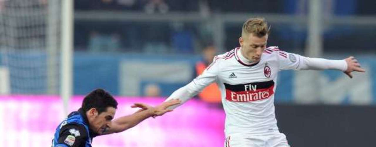 Ignazio Abate se anticipa a un rival.