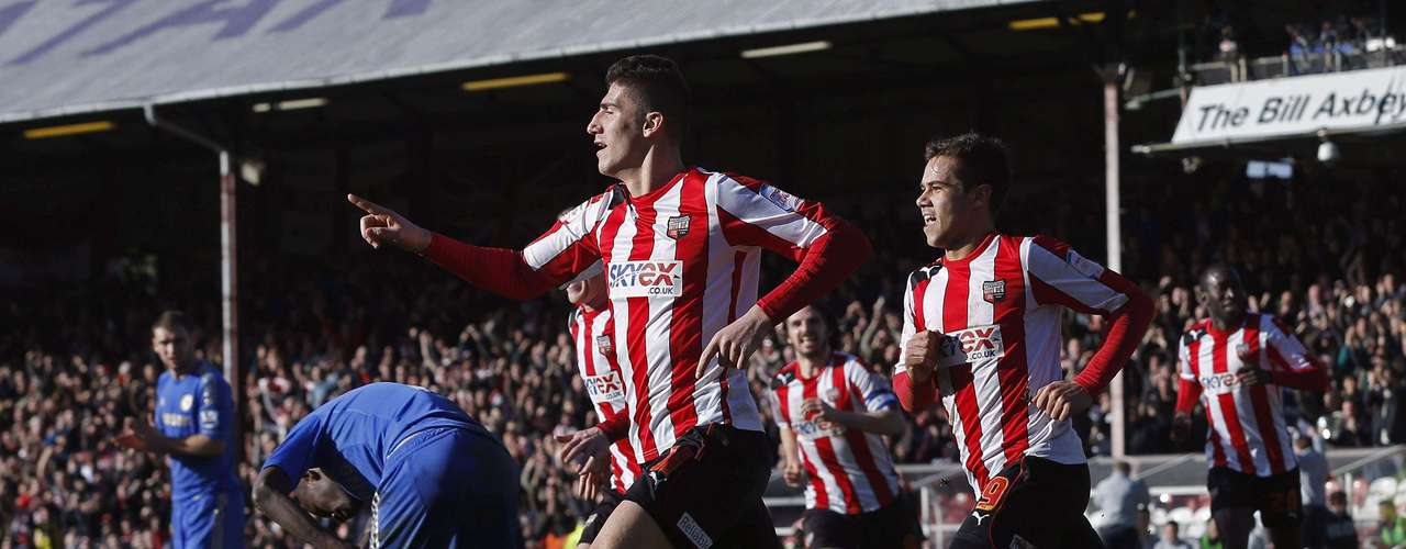 Brentford's Marcello Trotta (C) celebrates his goal.