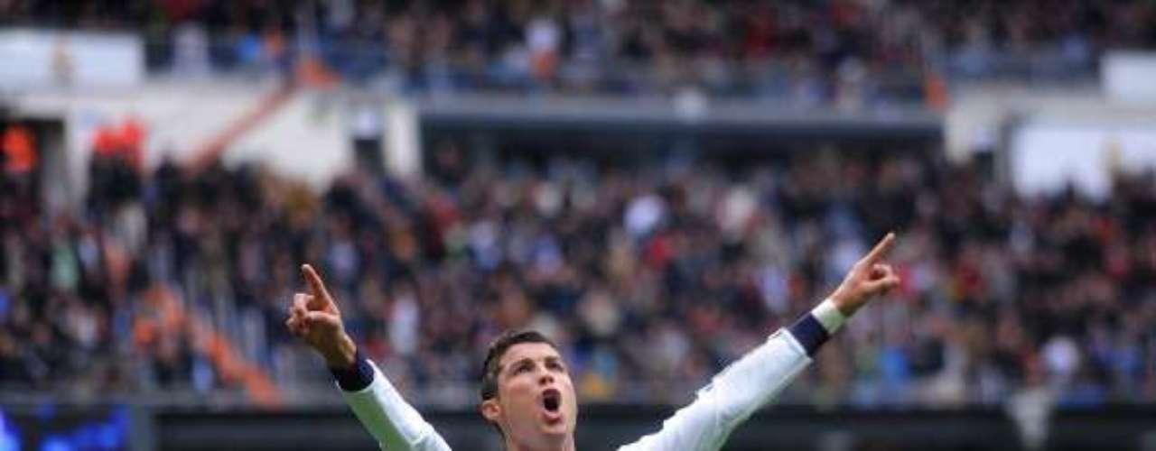 Cristiano Ronaldo, protagonista del encuentro tras anotar tres goles, celebra uno de sus tantos.