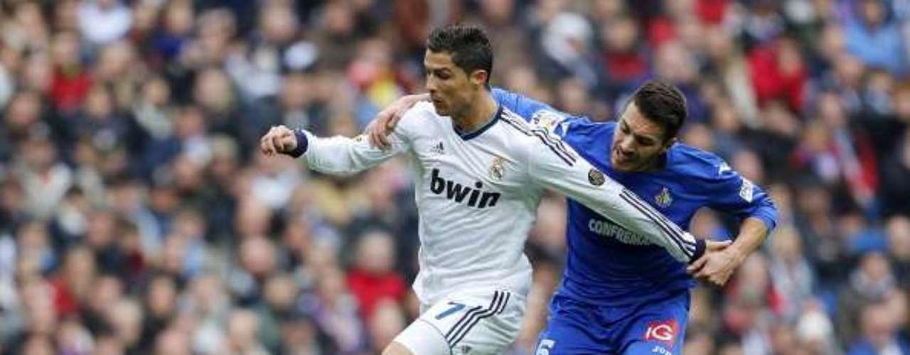 Cristiano Ronaldo bien defendido por Xavi Torres.
