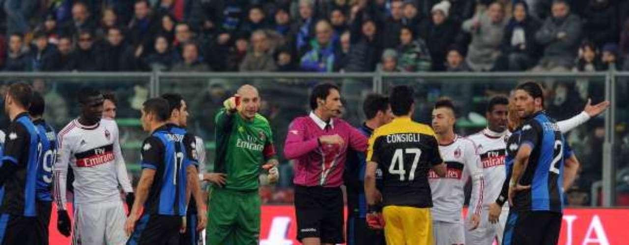 Brivio, del Atalanta, vio la terjeta roja al 58' y le facilitó las cosas a los 'rossoneri', que lograron tres puntos importantes en Bérgamo.