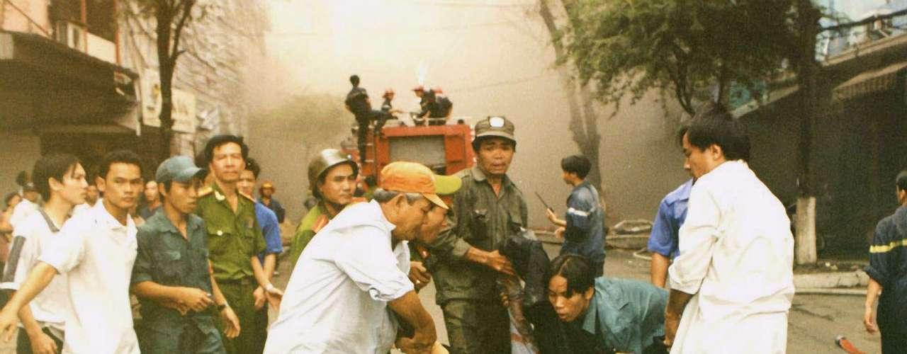 30 de octubre de 2002 - Un centenar de muertos al incendiarse un centro comercial en Ho Chi Minh, al sur de Vietnam, que coincidió con la celebración de una boda en la sala de fiestas \